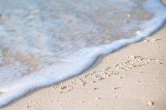 Feiertagssommerkonzept Der Wortsommer geschrieben in den Sand Stockfotos