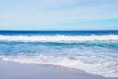 Feiertagssommermeereswogen und Strand, sandiger Strand, Barwon geht, Victoria, Australien voran Stockbild