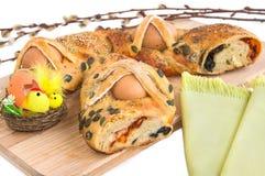 Feiertagstorte mit Eiern, Ostern-Dekoration und Weide verzweigt sich Stockfotos