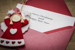 Feiertagsvektorabbildung mit Umschlag, Papier, Tanne und Stechpalme Lizenzfreies Stockfoto