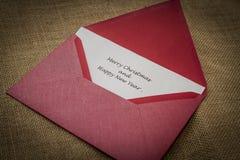 Feiertagsvektorabbildung mit Umschlag, Papier, Tanne und Stechpalme Stockfotos