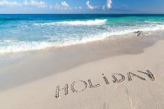 Feiertagszeichen auf dem Strand von karibischem Meer Stockbilder