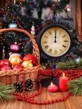 Feiertagszusammensetzung mit Weihnachtsdekorationen und -kerzen Stockfotografie