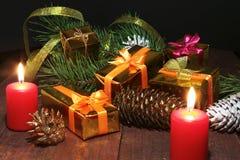 Feierzusammensetzung Weihnachtskerzen und Geschenkkästen Lizenzfreie Stockbilder