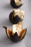 Feigen gebraten mit Mascarpone Käse-Honig und Haselnüßen Stockbild