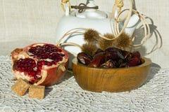 Feigen und Granatäpfel Stockfotos