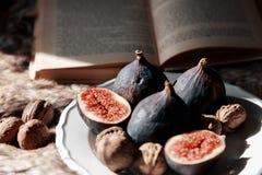 Feigen und Nüsse auf einer Platte Lizenzfreie Stockfotografie