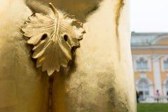 Feigenblatt, welches die Genitalien auf der männlichen Statue bedeckt Stockbild