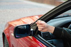 Feigenzeichen von einem Autofenster Lizenzfreie Stockfotos