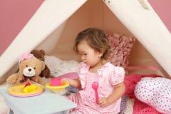 Feignez le thé de jeu à la maison avec une tente de tipi Images libres de droits