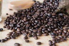 Feijão de café cru na tabela fotografia de stock