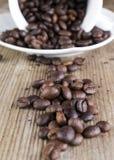 feijão de café derramado na prancha velha Foto de Stock