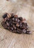 feijão de café derramado na prancha velha Fotografia de Stock Royalty Free