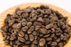 Feijão de café em um prato marrom Imagem de Stock