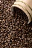 Feijão de café fora do cilindro do carvalho Imagem de Stock