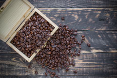 Feijão de café na caixa de madeira no fundo de madeira Imagens de Stock Royalty Free