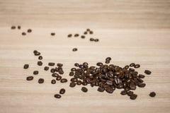 Feijão de café na terra traseira de madeira Imagem de Stock Royalty Free