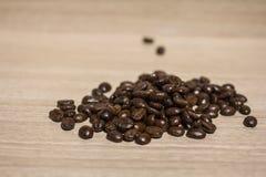 Feijão de café na terra traseira de madeira Imagens de Stock Royalty Free