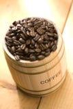 Feijão de café no cilindro do carvalho Imagens de Stock Royalty Free