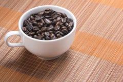 Feijão de café no copo Fotografia de Stock