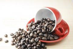 Feijão de café no copo vermelho imagens de stock