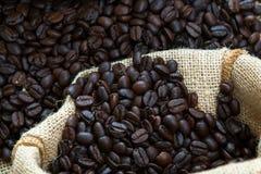 Feijão de café no saco fotografia de stock royalty free