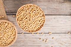 Feijão de soja na cesta na madeira Imagens de Stock