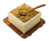 Feijão de soja secado na caixa de madeira Fotos de Stock