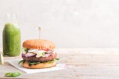 Feijão do vegetariano e hamburguer do quinoa com legumes frescos Copie o espaço fotografia de stock
