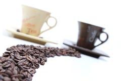 Feijão e copos de café mim imagem de stock