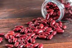 Feijão-roxo vermelho na garrafa de vidro Imagem de Stock