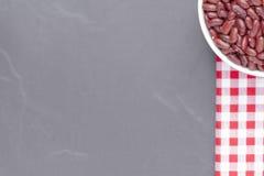 Feijão vermelho na bacia isolada No fundo preto, vista superior Fotografia de Stock Royalty Free