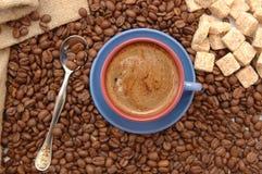 Feijões, açúcar e copo de café imagens de stock