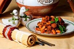 Feijões brancos cozidos e salsicha Imagens de Stock