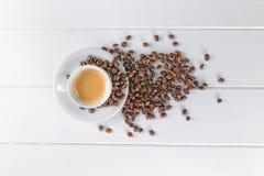 Feijões brancos de copo de café Foto de Stock