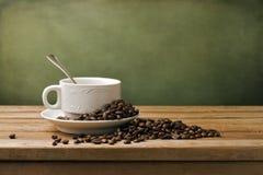 Feijões brancos do copo e de café Foto de Stock Royalty Free