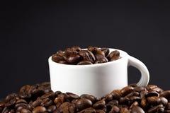Feijões brancos do copo e de café Fotografia de Stock Royalty Free