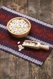 Feijões brancos em uma bacia de madeira Fotos de Stock Royalty Free