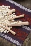 Feijões brancos em uma bacia de madeira Fotografia de Stock