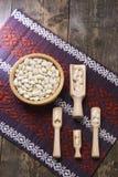 Feijões brancos em uma curva de madeira Foto de Stock