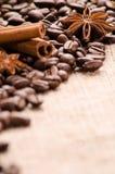 Feijões, canela e estrelas de café do anis na tabela Fotos de Stock Royalty Free
