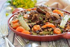 Feijões com vegetais e carne em uma placa Foto de Stock Royalty Free