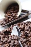 Feijões, copo e colher de café. foto de stock