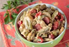 Feijões, cozidos verdes com salsicha e pimentão Fotografia de Stock Royalty Free