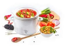 Feijões cozinhados no fogão lento. imagens de stock