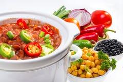 Feijões cozinhados no fogão lento. fotografia de stock royalty free