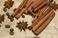 Feijões da canela e de café, estrelas do anis - uma mistura das especiarias em uma tabela de madeira Vista de acima Close-up foto de stock