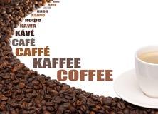 Feijões da chávena de café ao redor em um fundo branco Imagens de Stock Royalty Free