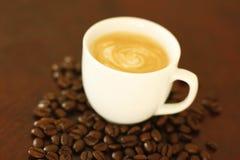 Feijões da chávena de café e de café Foto de Stock