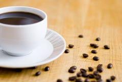 Feijões da chávena de café e de café Imagem de Stock Royalty Free
